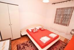 Спальня. Черногория, Нивице : Апартамент для 4-7 человек, с 2-мя отдельными спальнями, с террасой с видом на море, 100 метров до пляжа