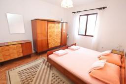 Спальня 2. Черногория, Нивице : Апартамент для 4-7 человек, с 2-мя отдельными спальнями, с террасой с видом на море, 100 метров до пляжа