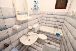 Ванная комната. Черногория, Нивице : Апартамент для 4-7 человек, с 2-мя отдельными спальнями, с террасой с видом на море, 100 метров до пляжа