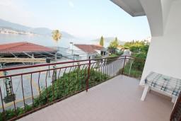 Терраса. Черногория, Нивице : Апартамент для 4-7 человек, с 2-мя отдельными спальнями, с террасой с видом на море, 100 метров до пляжа
