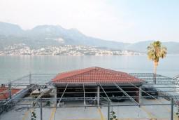Вид на море. Черногория, Нивице : Апартамент для 4-7 человек, с 2-мя отдельными спальнями, с террасой с видом на море, 100 метров до пляжа