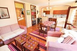 Гостиная. Черногория, Зеленика : Апартамент для 9 человек, с 3-мя отдельными спальнями, с 2-мя ванными комнатами, 80 метров до моря