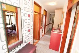 Коридор. Черногория, Зеленика : Апартамент для 9 человек, с 3-мя отдельными спальнями, с 2-мя ванными комнатами, 80 метров до моря