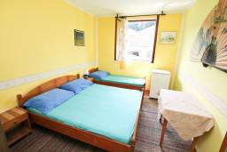 Спальня. Черногория, Зеленика : Апартамент для 9 человек, с 3-мя отдельными спальнями, с 2-мя ванными комнатами, 80 метров до моря
