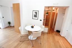 Гостиная. Черногория, Игало : Современный двухуровневый апартамент для 6 человек, с  2-мя отдельными спальнями, с 2-мя ванными комнатами, с балконом с видом на море