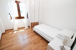 Спальня. Черногория, Игало : Современный двухуровневый апартамент для 6 человек, с  2-мя отдельными спальнями, с 2-мя ванными комнатами, с балконом с видом на море