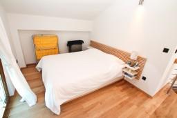 Спальня 2. Черногория, Игало : Современный двухуровневый апартамент для 6 человек, с  2-мя отдельными спальнями, с 2-мя ванными комнатами, с балконом с видом на море