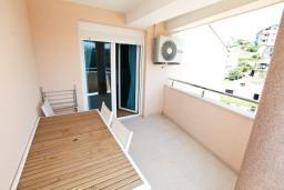 Терраса. Черногория, Игало : Современный двухуровневый апартамент для 6 человек, с  2-мя отдельными спальнями, с 2-мя ванными комнатами, с балконом с видом на море