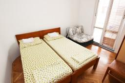 Спальня. Черногория, Рафаиловичи : Апартамент для 5-9 человек, с 2-мя отдельными спальнями, 70 метров до моря