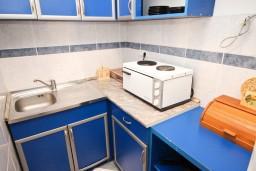 Кухня. Черногория, Рафаиловичи : Апартамент для 5-9 человек, с 2-мя отдельными спальнями, 70 метров до моря