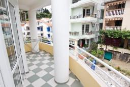 Балкон. Черногория, Рафаиловичи : Апартамент для 5-9 человек, с 2-мя отдельными спальнями, 70 метров до моря
