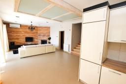 Гостиная. Черногория, Риека Режевичи : Шикарный дом с 5 отдельными спальнями, с 5 ванными комнатами, с большой гостиной и кухней, с бассейном, с местом для барбекю, с террасой с видом на море, Wi-Fi