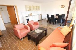 Гостиная. Черногория, Бечичи : Апартамент для 5-6 человек, с 2-мя отдельными спальнями, с большой гостиной, с террасой