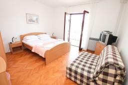 Спальня. Черногория, Герцег-Нови : Апартамент для 4-5 человек, с 2-мя отдельными спальнями, с балконом с видом на море, возле пляжа