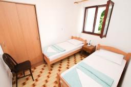 Спальня 2. Черногория, Герцег-Нови : Апартамент для 4-5 человек, с 2-мя отдельными спальнями, с балконом с видом на море, возле пляжа