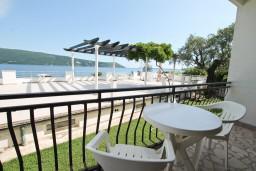 Балкон. Черногория, Герцег-Нови : Апартамент для 4-5 человек, с 2-мя отдельными спальнями, с балконом с видом на море, возле пляжа