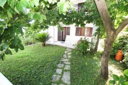 Терраса. Черногория, Герцег-Нови : Апартамент для 4-5 человек, с 2-мя отдельными спальнями, с балконом с видом на море, возле пляжа