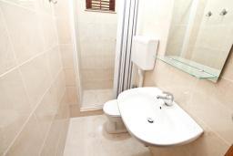 Ванная комната. Черногория, Герцег-Нови : Апартамент для 4-5 человек, с 2-мя отдельными спальнями, с балконом с видом на море, возле пляжа