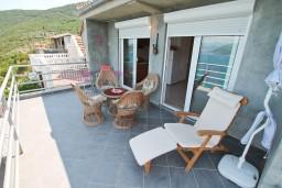 Терраса. Черногория, Герцег-Нови : 3-х этажный дом с 5 отдельными спальнями, с 5 ванными комнатами, с бассейном, с 3 террасами с шикарным панорамным видом на море