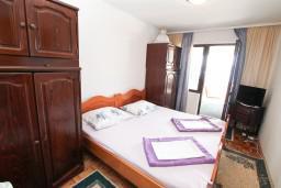 Спальня. Черногория, Биела : Апартамент для 5 человек, с 2-мя отдельными спальнями, с террасой с видом на море