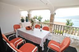 Терраса. Черногория, Биела : Апартамент для 5 человек, с 2-мя отдельными спальнями, с террасой с видом на море
