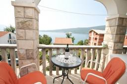 Балкон. Черногория, Биела : Апартамент с отдельной спальней, с балконом с видом на море