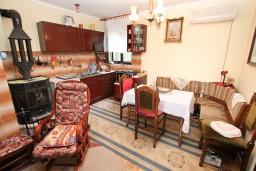 Гостиная. Черногория, Биела : Апартамент для 6 человек, с 3-мя отдельными спальнями, с большой гостиной, с балконом с видом на море