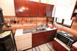 Кухня. Черногория, Биела : Апартамент для 6 человек, с 3-мя отдельными спальнями, с большой гостиной, с балконом с видом на море