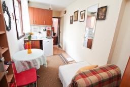 Гостиная. Черногория, Биела : Апартамент с отдельной спальней, с балконом с видом на море