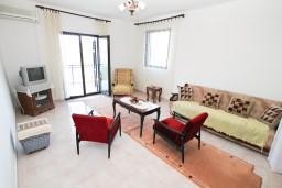 Гостиная. Черногория, Нивице : Апартамент для 5-7 человек, с 2-мя отдельными спальнями, с террасой с видом на море, 100 метров до пляжа