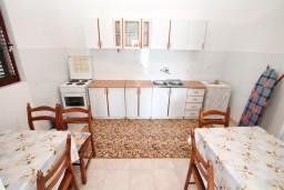 Кухня. Черногория, Нивице : Апартамент для 5-7 человек, с 2-мя отдельными спальнями, с террасой с видом на море, 100 метров до пляжа