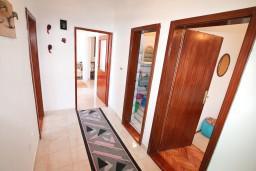 Коридор. Черногория, Нивице : Апартамент для 5-7 человек, с 2-мя отдельными спальнями, с террасой с видом на море, 100 метров до пляжа