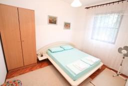 Спальня. Черногория, Нивице : Апартамент для 5-7 человек, с 2-мя отдельными спальнями, с террасой с видом на море, 100 метров до пляжа