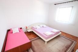 Спальня 2. Черногория, Нивице : Апартамент для 5-7 человек, с 2-мя отдельными спальнями, с террасой с видом на море, 100 метров до пляжа