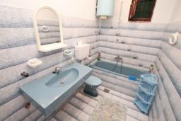 Ванная комната. Черногория, Нивице : Апартамент для 5-7 человек, с 2-мя отдельными спальнями, с террасой с видом на море, 100 метров до пляжа