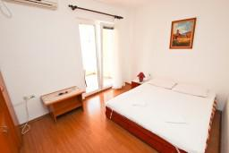 Спальня. Черногория, Петровац : Апартамент на 4 персоны, с 2-мя отдельными спальнями, с балконом