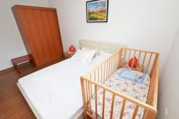 Спальня 2. Черногория, Петровац : Апартамент на 4 персоны, с 2-мя отдельными спальнями, с балконом