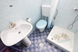 Ванная комната. Черногория, Петровац : Апартамент на 4 персоны, с 2-мя отдельными спальнями, с балконом