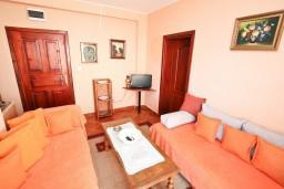 Гостиная. Черногория, Доня Ластва : Апартамент для 3-5 человек, с отдельной спальней, 50 метров до моря