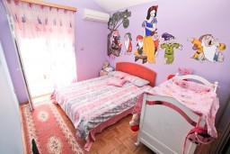 Спальня. Черногория, Доня Ластва : Апартамент для 4-6 человек, с 2-мя отдельными спальнями, с большой гостиной, с террасой и 2 балконами с видом на море, 50 метров до пляжа
