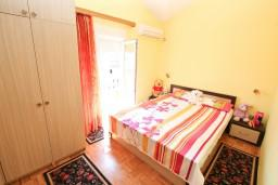 Спальня 2. Черногория, Доня Ластва : Апартамент для 4-6 человек, с 2-мя отдельными спальнями, с большой гостиной, с террасой и 2 балконами с видом на море, 50 метров до пляжа