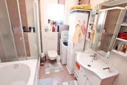 Ванная комната. Черногория, Доня Ластва : Апартамент для 4-6 человек, с 2-мя отдельными спальнями, с большой гостиной, с террасой и 2 балконами с видом на море, 50 метров до пляжа