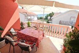 Терраса. Черногория, Доня Ластва : Апартамент для 4-6 человек, с 2-мя отдельными спальнями, с большой гостиной, с террасой и 2 балконами с видом на море, 50 метров до пляжа