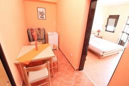 Обеденная зона. Черногория, Обала Джурашевича : Апартамент с отдельной спальней, с террасой с видом на море