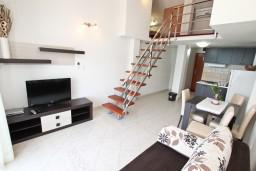 Гостиная. Черногория, Обала Джурашевича : Двухуровневый апартамент с отдельной спальней, с балконом с шикарным видом на море