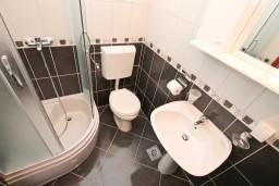 Ванная комната. Черногория, Обала Джурашевича : Двухуровневый апартамент с отдельной спальней, с балконом с шикарным видом на море