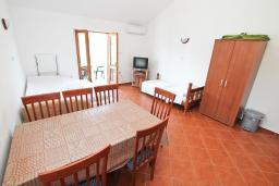 Обеденная зона. Черногория, Радовичи : Апартамент с отдельной спальней, с балконом с шикарным видом на море, возле пляжа
