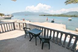 Вид на море. Черногория, Радовичи : Апартамент для 6 человек, с отдельной спальней, с террасой с шикарным видом на море, возле пляжа
