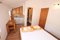 Студия (гостиная+кухня). Черногория, Баошичи : Студия в Баошичи возле пляжа
