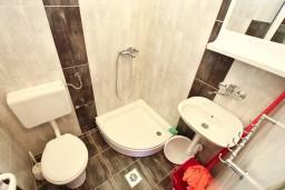 Ванная комната. Черногория, Баошичи : Студия в Баошичи возле пляжа
